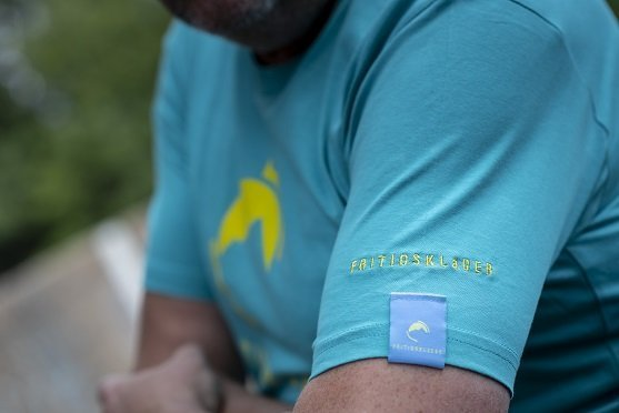 Fritidsklader Teal Blue T Shirt sleeve and logo