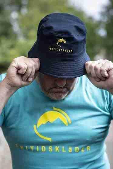 Teal T Shirt and Navy Blue Fritidsklader Bucket Hat
