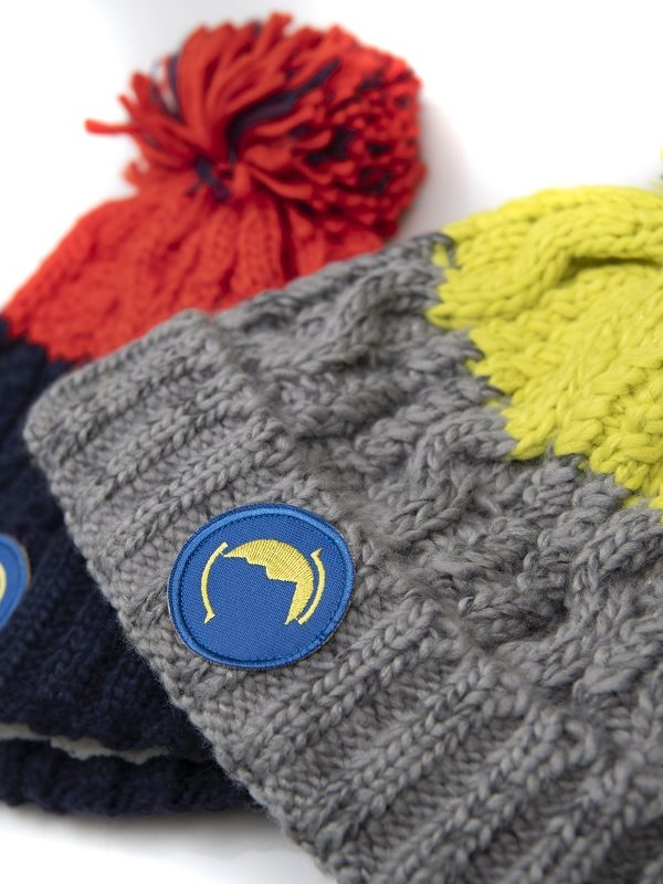 Fritidsklader two-tone bobble hats in red/navy & lime green/grey