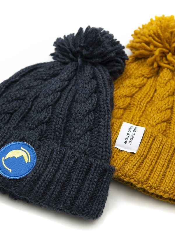 Fritidsklader bobble hat in navy blue and mustard yellow
